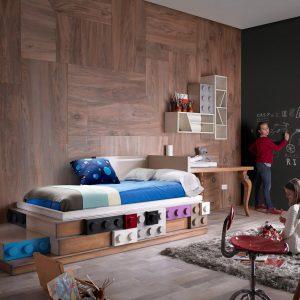 dormitorio ambiente con cama legos, escritorio y elementos lego
