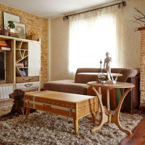 salon con mesa de centro suitcase