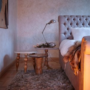 dormitorio con mesitas one, two y three