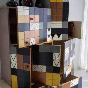 Armario mosaico detalle puertas y cajones abiertos