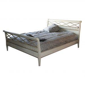 cama fondo blanco acabado en marfil